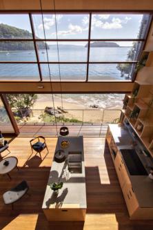 Společný obývací prostor dosahuje výšky stropu 4 metry. Čelní prosklená stěna se skládá z horní pevně zasklené a spodní otevíravé části. Čtyři prosklená pole v dřevěných rámech lze libovolně posouvat do stran. Vodicí kolejnice jsou integrovány v podlaze a v masivním překladu s ocelovou konstrukcí a dřevěným obložením