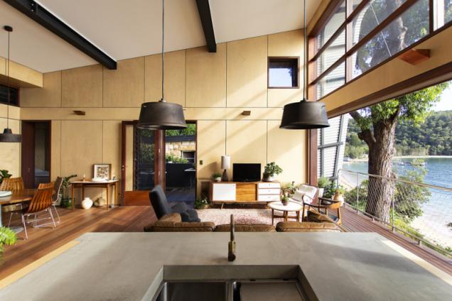interiér domu má podlahu z masivního teakového dřeva, kuchyňská pracovní deska má na povrchu betonovou stěrku. Majitelé jsou výtvarníci, vybavení citlivě kombinovali ze zajímavých solitérů v industriálním a retro stylu. Vpravo nahoře je vidět větrací okénko