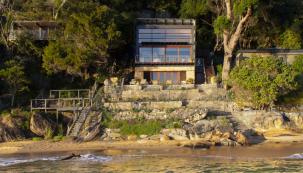 Dům je přístupný pouze po vodě, po terasách a schodištích přímo z pláže. Spodní podlaží, vyrůstající ze skály, má pískovcové obložení z místního kamene a vyjadřuje sounáležitost stavby se svým okolím. Kámen příjemně chladí, což je ideální pro umístění ložnice