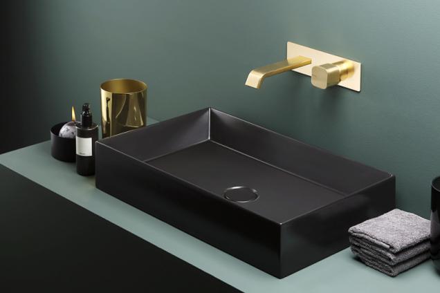 Podomítková baterie Taormina v provedení broušené zlato odráží aktuální trendy v designu koupelen. Dodává se i ve stojánkové nebo nástěnné variantě (www.ritmonio.it)