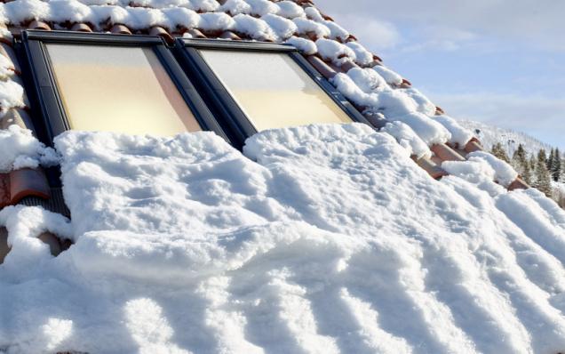 Pokud se rozhodnete stavbu před zimou uzavřít, je třeba konstrukci ochránit opravdu důsledně, včetně zateplení, pokládky střešní krytiny a'osazení střešních oken. Práce uvnitř tak mohou pokračovat i'v'zimní sezoně