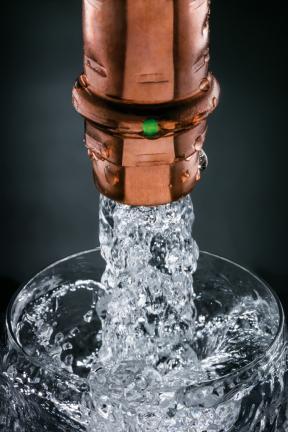 Měď je osvědčeným a vhodným materiálem pro rozvody pitné vody. Uvolňované stopové prvky mají pozitivní vliv na lidské zdraví. Je však potřeba zohlednit, kolik mědi v sobě již obsahuje samotná vedená pitná voda, nejlépe laboratorním testem. (Foto: Viega)