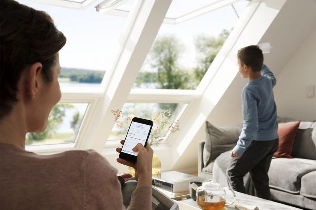 Střešní okna a rolety je možné ovládat dálkovým ovladačem stejně jako televizi (Zdroj: VELUX)