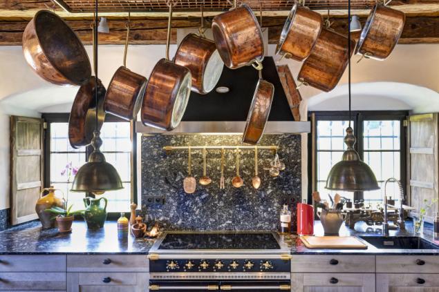 Anna i Rudy rádi vaří, proto si nechali profesionálně vybavit kuchyň. Základem je kvalitní sporák, nechybí měděné nádobí. Pro pracovní desku a obklad stěny nad ní posloužila místní žula