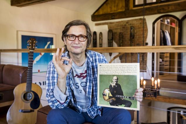 Rudy Linka (58) patří k deseti nejlepším jazzovým kytaristům na světě. Z New Yorku si přestěhoval oblíbené ,vinyly', kytary a knihy. Na Šumavě se zrodila také myšlenka na založení festivalu (Bohemia Jazz Fest)