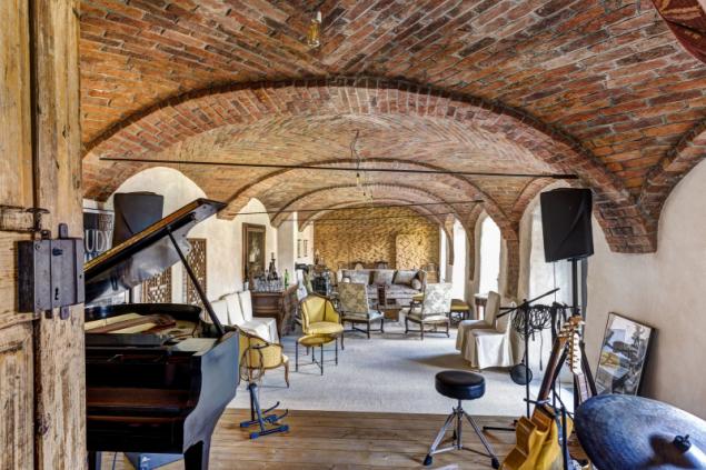 Býval tu chlév, dnes se tu hraje jazz. Zůstala originální klenba a dveře, prostor je využíván jako příležitostné nahrávací studio či společenská místnost. Čelní atypická stěna je poskládaná z dřevěných špalíků