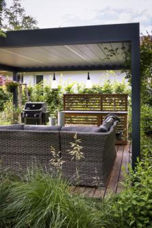 Pergola nabízí chráněné posezení i malou letní kuchyni pro přípravu (nejen) grilovaných pokrmů. Kolem plotu je osázena zeleň, která časem vytvoří pohledovou bariéru