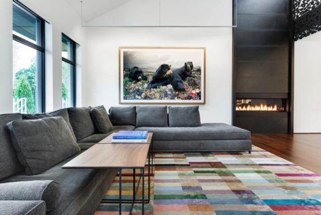 Použití barevného koberce ozvláštňuje černobílý vzhled interiéru.