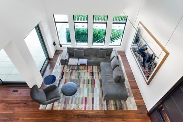 Elegantní jednoduchosti je dosaženo pomocí materiálů a barvy.