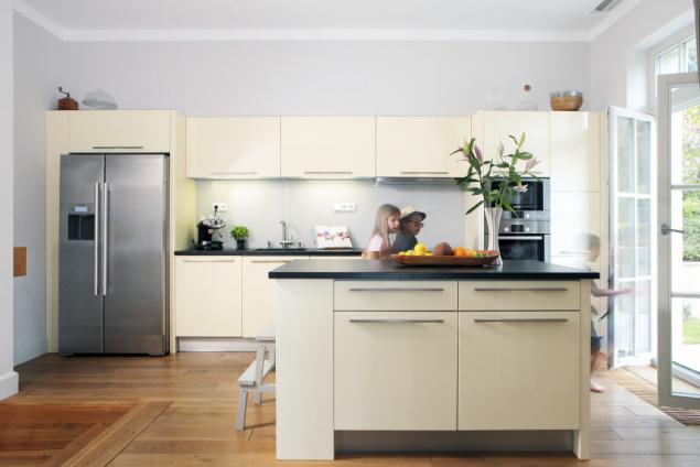 """Vanilkově žlutá kuchyně, přání paní domu, je sice moderní, ale dobové """"kolegy"""" nijak nepřetlačuje. Z jídelny sem vedou posuvné dveře v dobovém designu"""