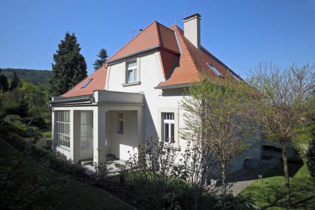 Nová dřevěná okna svým tvarem a členěním respektují meziválečnou architekturu, včetně šambrán a říms. Technické parametry jsou však současné