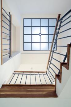 Samostatnou kapitolou je osvětlení schodiště. Jednoduchá forma, která nepostrádá uměleckou hloubku a přitom funkčně dokonale odpovídá účelu, tak by se dala shrnout charakteristika světlovodu, který supluje původní stěnové luxfery a kterým se ke schodišti dostává přirozený sluneční svit