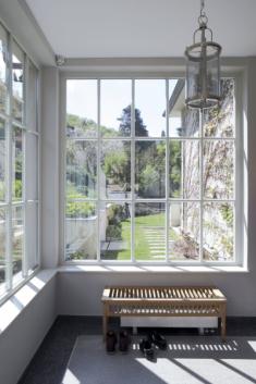 Nová veranda s tabulkovými okny a terazzovou podlahou působí dojmem, jako by tu byla již od dvacátých let