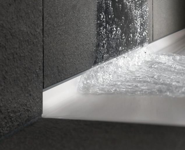 Napojení na obklad stěn lze u sprchových vaniček Bette Floor Side provést bez silikonu, díky 35mm bočnímu lemu ze smaltované titanové oceli (koupelny-waterloo.cz)