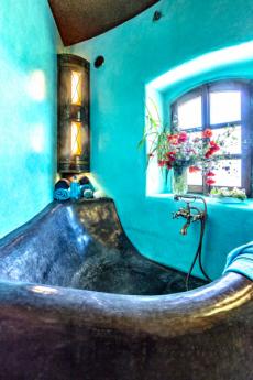 Krásu marockého štuku lze obdivovat zejména v několika koupelnách větrného mlýna. Zde jedna z nich s vanou a květinami v okně