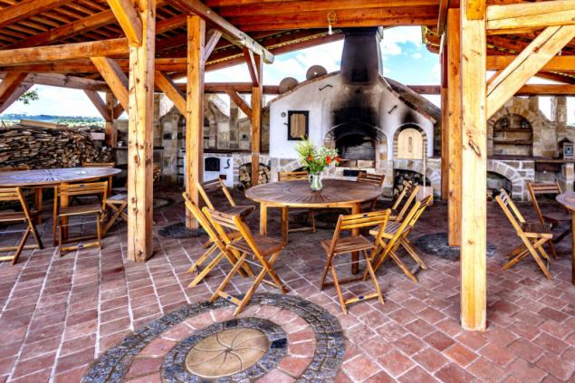 Letní kuchyně při vstupu do areálu větrného mlýna nabízí příležitost posedět s přáteli, ale i uvítat větší společnost