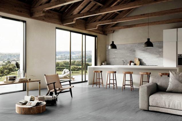 Spojení starého s novým: pod starým krovem moderní minimalistický interiér a dlažba dokonale imitující kamennou dlažbu s minimálními spárami (Supergres, kolekce Stonework)