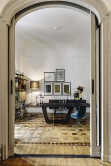 Historický interiér se štuky, parketovou podlahou a zachovalými dveřmi je plný emocí, není radno přeplnit jej nábytkem. Volte raději jednoduché moderní vybavení (Arketipo, Concept Store Karlín)
