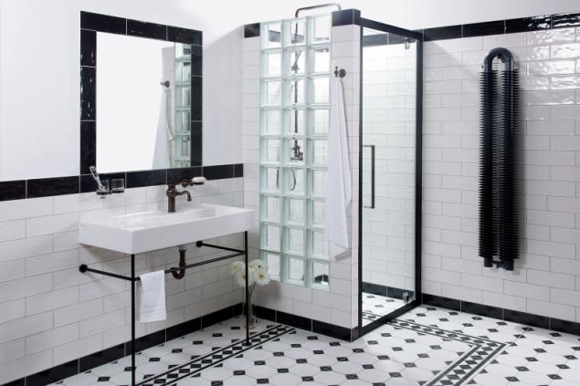 Charakter prvorepublikových vil i industriálních objektů skvěle doladí obklady, dlažby a sanitárie ve stylu retro (na fotu dlažba série Octagon a obklad Ragno Brick glossy, prodávají koupelnová studia SIKO)