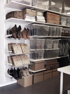 Do atypických úložných prostor ve starých domech se výborně hodí variabilní policové systémy, které koupíte např. v IKEA