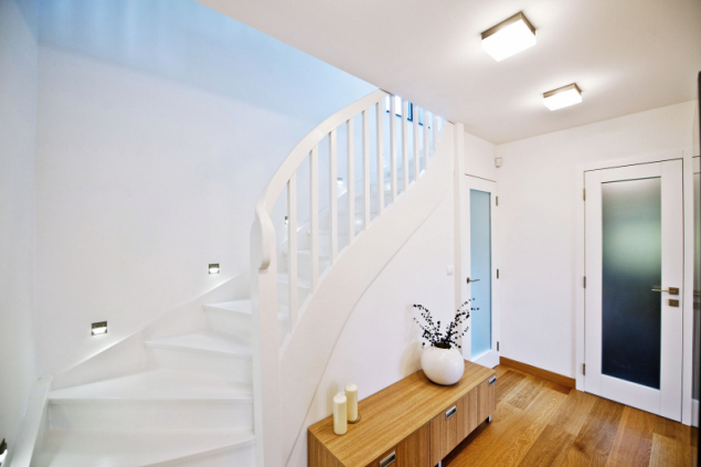 Schodiště při rekonstrukci neuzavírejte do tmavého prostoru. Otevřená schodišťová hala přinese do interiéru vzdušnost a noblesu a také ušetří místo
