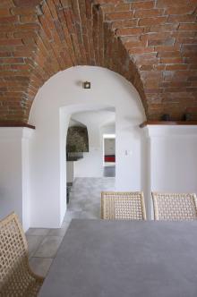 V historických objektech s klenutými stropy se obtížně staví příčky. Místo chodeb ponechte otevřené průchody, interiér bude světlejší a prostornější