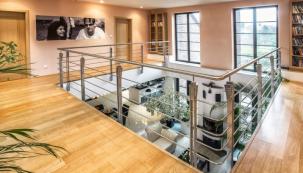 K oblíbeným řešením při rekonstrukci patří otevření obytného prostoru do patra. Galerie či ochoz poslouží nejen jako komunikace, ale můžete si tu číst, cvičit či v klidu odpočívat