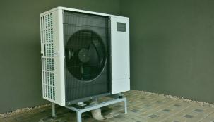 Pořídit si tepelné čerpadlo je velká investice, která se však jednoznačně vyplatí. Vstupní náklady navíc můžete snížit, a to díky dotacím, které lze na pořízení tepelného čerpadla čerpat. Není to však jen tepelné čerpadlo, které vám pomůže snížit energetickou náročnost vašeho domu. (Zdroj: Tenaur)