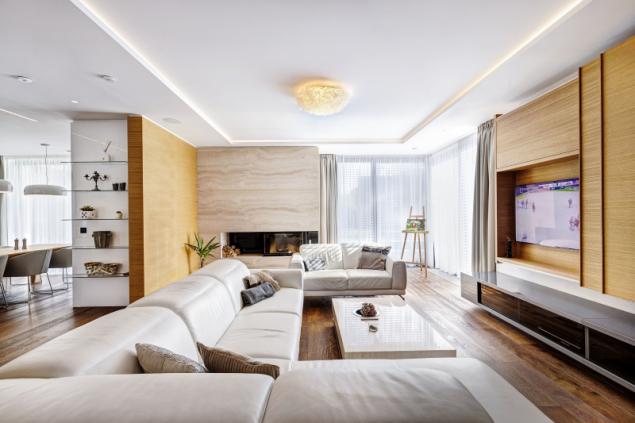 TV stěna, hi-fi, ozvučení, knihovny i další úložné prostory jsou skryty posuvnými či otvíravými stěnami, aby nerušily. Krbová vložka je obložena přírodním kamenem