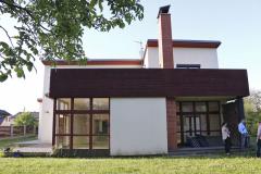 Původní dům byl sice velmi kvalitně navržen, ale novým majitelům nevyhovovalo dvougenerační pojetí dispozic. Proto sáhli k radikální rekonstrukci a přestavbě