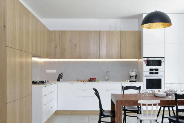 Kuchyňské skříňky vyráběl truhlář na míru (podle návrhu Sféry). Díky tomu bylo možné maximálně využít stávající prostor a dokonale přizpůsobit kuchyni potřebám nové rodiny
