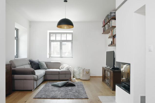 Část vybavení domu (zejména v obývacím pokoji) pochází z původního bytu rodiny na Žižkově. Některý nábytek vyráběl truhlář na míru, kromě kuchyně například také skříně v předsíni, ložnici a koupelně