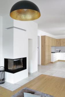 Podlahy jsou výsledkem kompromisu mezi přáním manželů. Částečně je tvoří dubové třívrstvé lamely celoplošně lepené a částečně jsou z keramických dlaždic, které si majitelé dovezli z Itálie