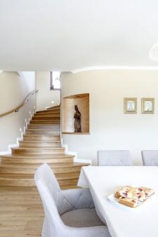 Schodiště do patra začíná v zadní části jídelny a ústí v prostoru galerie. Výrazným prvkem je také nika s madonkou a ručně vyřezané zábradlí s ručně kovanými prvky