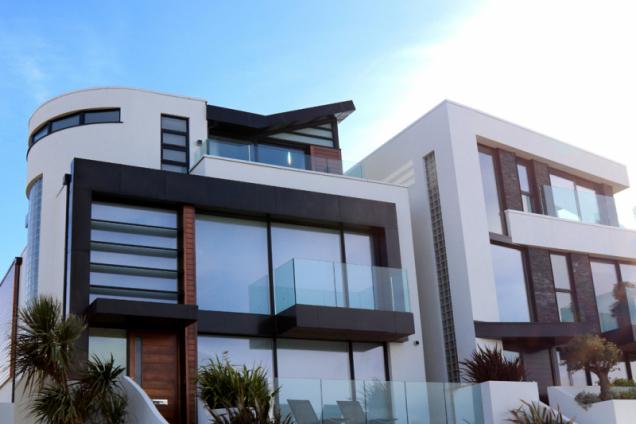 Konečně jste objevili svůj vysněný dům, ale jeho cena vám udělala čáru přes rozpočet? Řešením je hypotéka. Kdy je ten správný čas si o ni požádat? (Zdroj: Creditas)