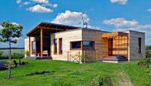 Nejrozšířenějšími dřevostavbami u nás jsou jednoznačně rodinné domy. Subtilnost konstrukce a dobré izolační parametry umožňují realizovat stavby s elegantními detaily