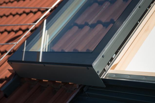 Celopřesahová vlepená skla a čisté provedení oplechování. Solara PERSPEKTIV se posouvá nad fixně zasklenou část nebo nad rovinu krytiny. (Zdroj: Solara)