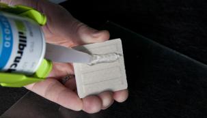 Tmel je ideální pro lepení a tmelení širokého spektra stavebních materiálů a zejména pak průhledných skleněných ploch, kde je vyžadován precizní vzhled, čirost a průhlednost tmelového uzávěru. SP030 má výbornou adhezi především na sklo, eloxovaný hliník a nerezovou ocel. (Zdroj: tremco illbruck)