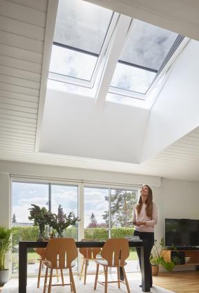 Kezdravému životnímu stylu může patřit i lenošení, to když máte doma chytré ovládání střešních oken VELUX ACTIVE with NETATMO. Dostatek světla, tepla a čistého vzduchu (CO2) vinteriéru hlídají senzory a na základě vyhodnocení údajů se střešní okna se systémem VELUX ACTIVE automaticky otvírají, zavírají i zastiňují. (Zdroj: VELUX)