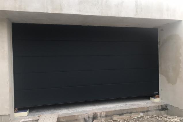 V tomto týdnu probíhala montáž garážových vrat výrobce Hörmann s motorovým pohonem na dálkové ovládání, které dodávala společnost Vekra. (Zdroj: Wienerberger)