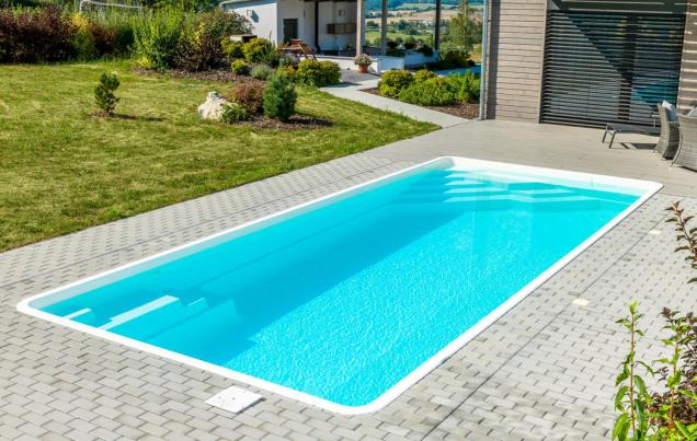 Sklokompozitní bazény řady Coral mají integrovaná schodiště s protiskluzovými nášlapy a ergonomicky řešené relaxační zóny. Na fotografii model Hit. (Zdroj: Mountfield)