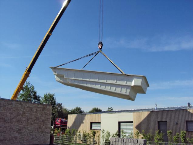 """Monolitní """"vanu"""" keramických či sklokompozitních bazénů někdy pomáhá dopravit na zahradu jeřáb. (Zdroj: Mountfield)"""