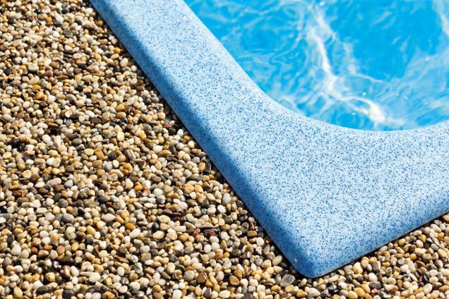 S kamínkovým povrchem získáte celistvou plochu beze spár, která má krásný přírodní vzhled, je mrazuvzdorná, unikátně vodopropustná, neklouže a je nenáročná na údržbu. (Zdroj: Mountfield)