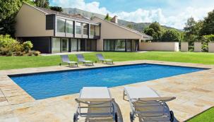 Stavebnicové bazény řady Mercury se montují ze silnostěnných ocelových panelů se speciálním žárovým zinkováním. Díky tomu si jeho majitel může svobodně zvolit délku i šířku bazénu stejně jako hloubku a víceúrovňový profil dna. Na fotografii model Faro. (Zdroj: Mountfield)