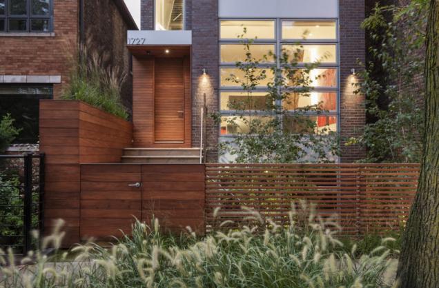 Čtyři podlaží domu se střešní terasou poskytují majitelům výhled na město i klidné prostory pro odpočinek, ke kterým slouží zejména patio a zahrada za domem.