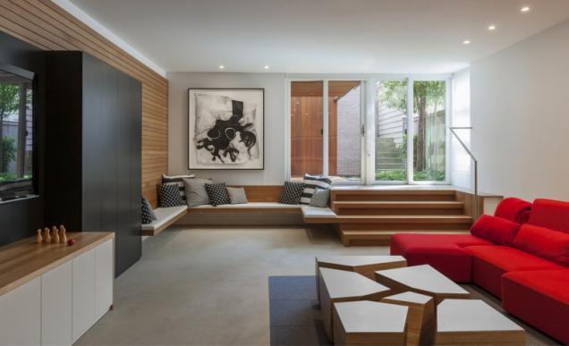 V přízemí se nachází prostorná herna s barem, jednoduchými úložnými prostory a lavicemi z dubového dřeva
