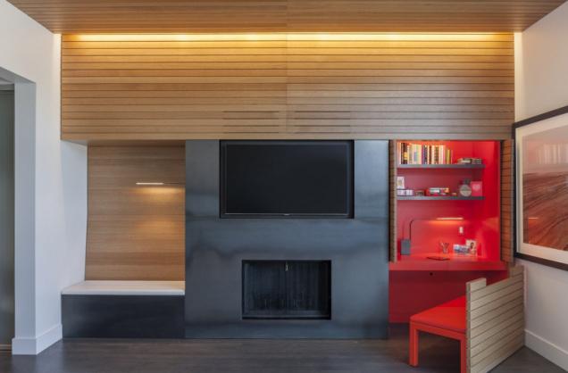 V hlavní ložnici je ve stěně zabudován oranžový pracovní stůl a lavice.