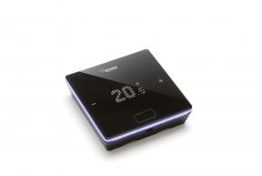 Pro regulaci topného systému doporučujeme zvolit programovatelný termostat NEA SMART 2.0 smnoha chytrými funkcemi, která vám pomohou nastavit co nejefektivnější vytápění. (Zdroj: REHAU)