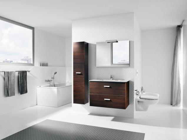 """Velkorysé uspořádání rozlehlé koupelny: zděný box ukrývá široký sprchový kout, v """"centru dění"""" je umyvadlo a vana stojí v klidové zóně (sanitární vybavení Roca, Victoria Basic)"""