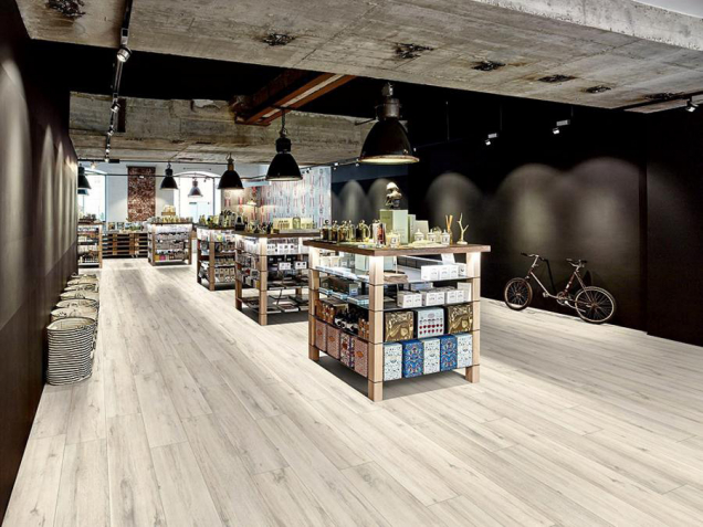 Laminátová podlaha Egger Pro Design EPD013 Dub rustikální bílý (Zdroj: Supellex – svět podlah, s.r.o.)